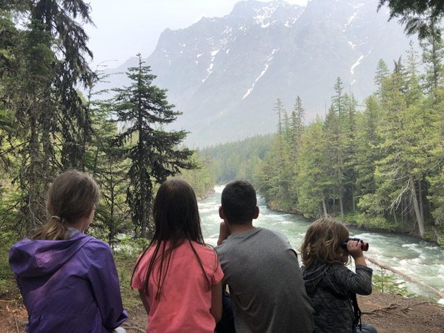 4 kids looking out at mountain