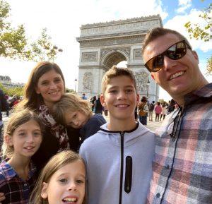 Famiy in front of Arc de Triumph