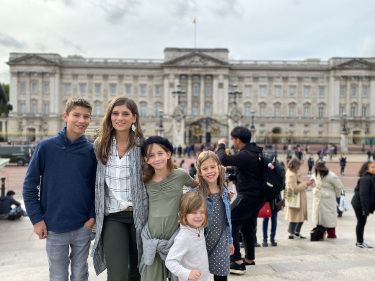 Mom with kids in front of Buckingham Palace